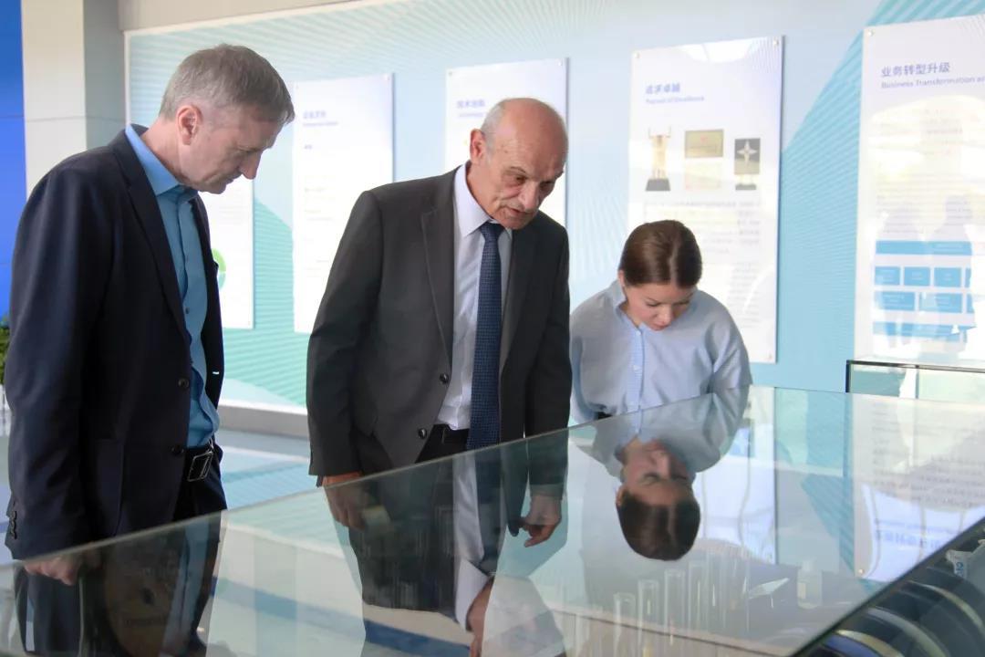 塞尔维亚驻华大使米兰·巴切维奇访问长飞公司