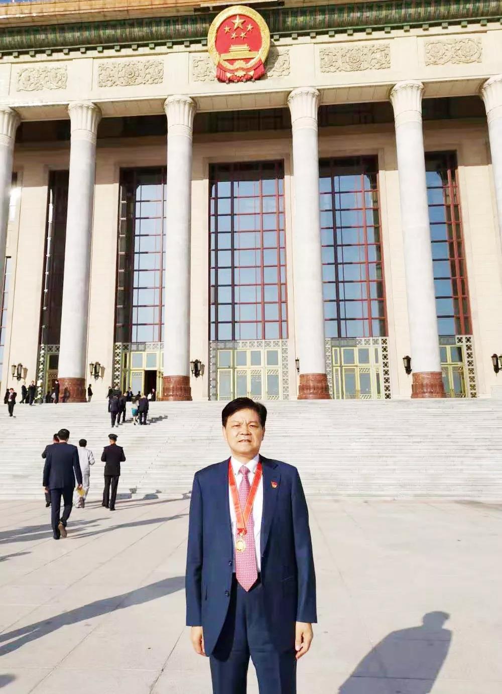 """新中国成立70周年,崔根良荣获""""最美奋斗者""""称号"""