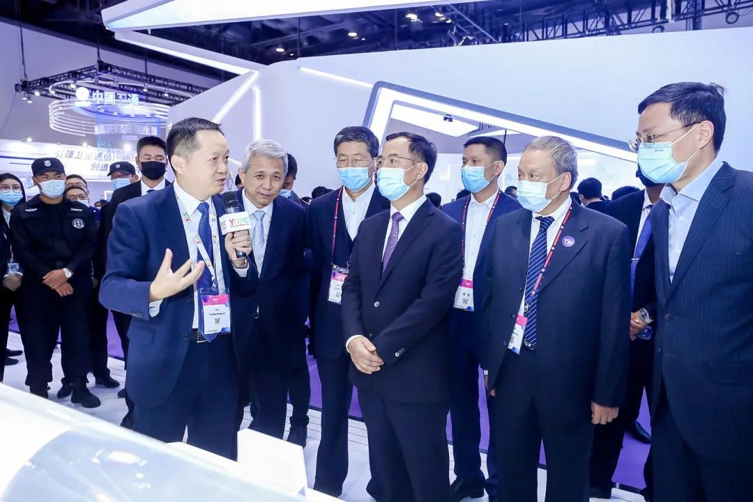 工信部党组成员、副部长刘烈宏一行莅临长飞公司展台并听取汇报
