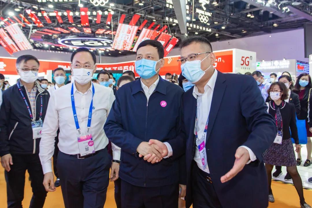 工信部部长肖亚庆视察亨通展台,鼓励研发创新!